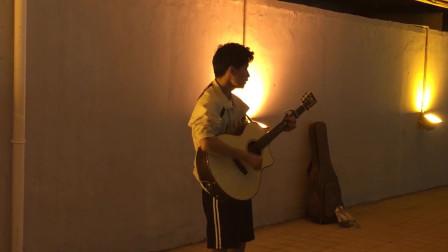 郑州街头,流浪歌手翻唱逃跑计划《一万次悲伤》一开口亮了