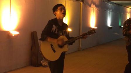 郑州街头,流浪歌手吉他伴奏边弹边唱,一开口触动我的心