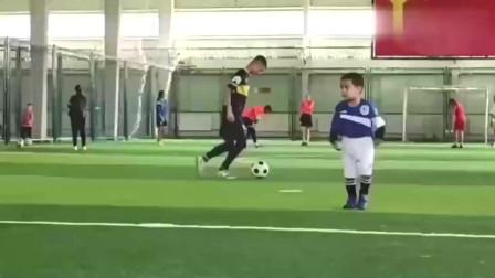 新疆又出了一位足球天才这个新疆小孩有点梅西的影子,以后会是国足的成员么