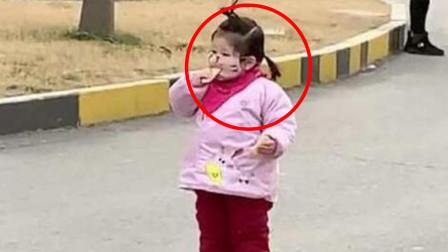 3岁萌娃戴口罩吃饼干,口罩饱了宝宝还饿着,网友:这吃的是寂寞