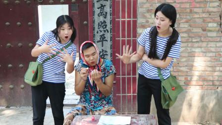 田田的童年: 田田和妹妹一起玩妈妈的指甲油,结果一不小心给妈妈用完了,真逗