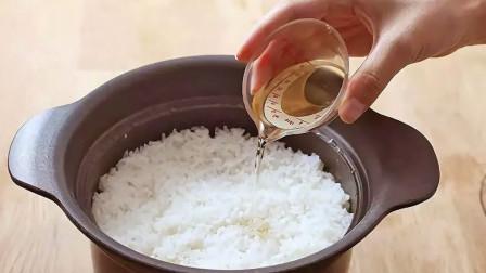 煮米饭别总老一套,教你个小技巧,蒸的米饭喷香又好吃,学会试试