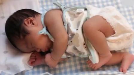 妈妈叫醒刚睡醒宝宝,他仍以为自己在妈妈肚子里,看的心都萌化了