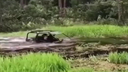 印度人的玩法总是这么有意思,这车直接当潜水艇用了