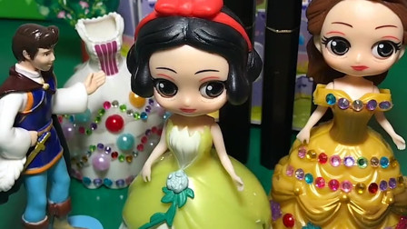 白雪和贝尔姐姐一起过生日,王后给贝尔准备了蛋糕和礼物,王子和贝尔姐姐也给白雪准备礼物!