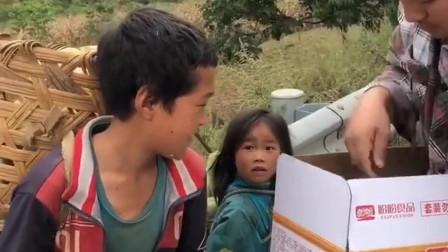 穷人家的孩子早当家,小小年纪就为家里分担,好心的哥哥给他们送面包吃!