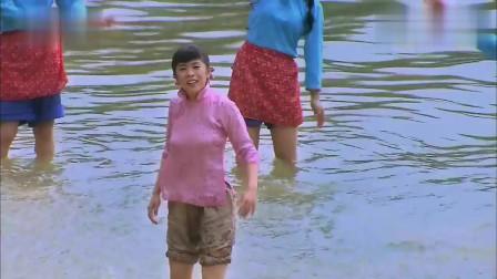 水边长大的姑娘,没事就喜欢下水嬉戏,煞是好看