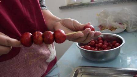农村媳妇在家给孩子做冰糖葫芦,看孩子吃的真香!