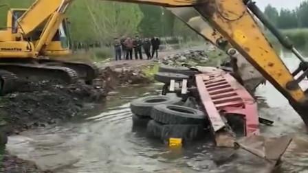 大车翻车进河里,几十万的车报废,用挖掘机挖出来也只能是卖废铁了!