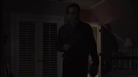 父亲在房间里面找女儿,不料打开衣柜门一看,却被吓了一跳