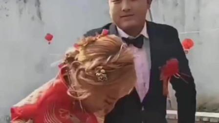 新郎比新娘大,今天结婚的日子新娘好随意,想当年肯定也是个高冷女神!