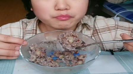 美食吃播:大胃王小姐姐吃土豆焖饭,大口吃的真过瘾!
