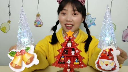 """吃货吃播:小姐姐吃""""发光圣诞树小摆件糖果"""",内裹跳跳糖,刺激"""