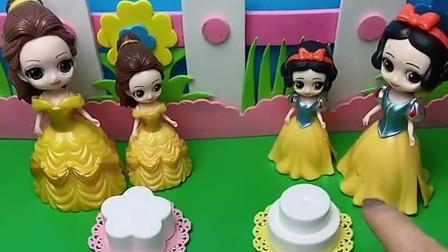 白雪和贝儿要过生日了,小白雪和小贝儿一起给妈妈做蛋糕,可是小贝儿却很不乐意!