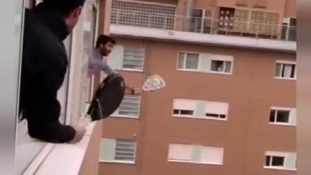 被封闭的意大利,邻居竟隔空打起了网球,这技术真不是盖的!