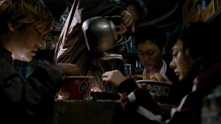 当又冷又饿的时候,吃泡面是多么幸福,看他们吃的多香