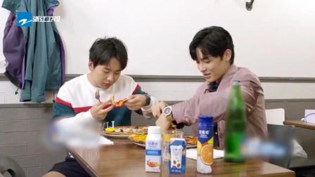 漫游记:郭麒麟和侯明昊互相分享披萨吃,郭麒麟说不怎么好吃