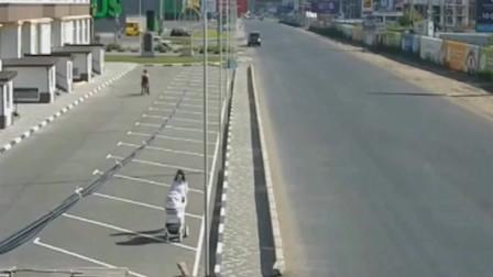 小轿车失控也太吓人了,还好女子跑得快,不然就又是一场车祸啊!