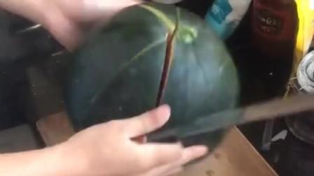浙江小伙表演了一下西瓜的切法,居然这么厉害,高手在民间!