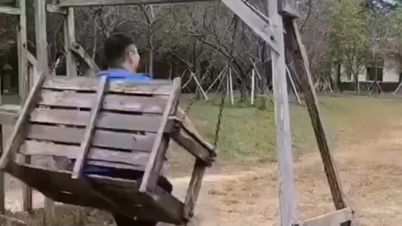 小伙坐上网红秋千正高兴,没想到木头都被压歪了