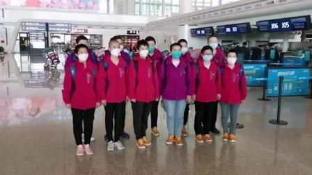 """3月17日,湖北武汉。部分援鄂即将返程的医疗队抵达武汉天河机场。在返程前,医护人员们收到一张特殊的纪念登机牌。上面显示,航班为""""胜利号"""", 舱位为""""功勋..."""