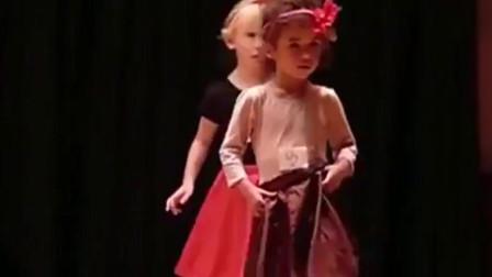 俄罗斯:舞蹈跳到一半裙子掉了,小女孩挥手化解尴尬,观众都被萌化了