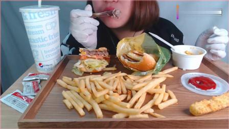 韩国女吃货,吃汉堡、炸鸡腿、薯条,配上可乐,吃得太香了。