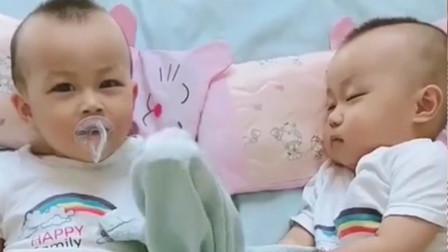 妈妈叫刚睡醒的双胞胎起床,接下来的画面,妈妈看得心都要萌化了