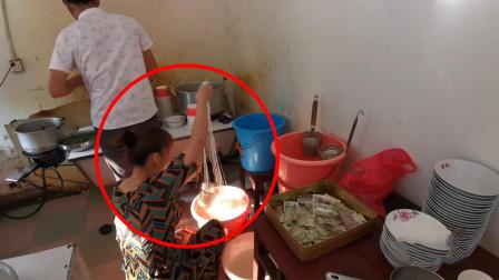 湖南农村饭店条件简陋,老板娘竟徒手捞米粉,却深受当地人喜欢