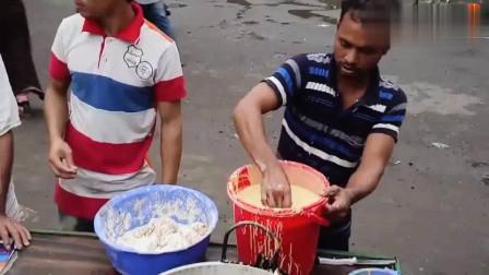 印度街头最火炸鸡摊,端个盘子站着吃,当地有钱人的零食