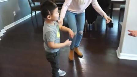 中国男孩被美国夫妇收养,第一次自己学会走路,在场人都十分感动