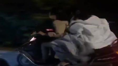在广西偶遇俩美女骑摩托车,比男人开的都快,小区女汉子真多!