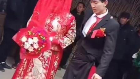 浙江的夫妻要拜堂了,可是新郎的裤子是咋的了?是当地风俗吗?
