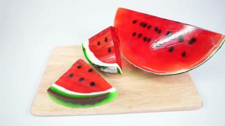 小伙用果冻制作西瓜的样子,看似西瓜,其实是果冻制作的