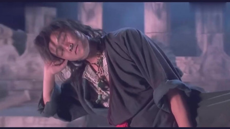 就凭星爷睡觉的姿势 果然他全身上下没有一个地方不像乞丐。