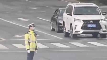 司机专门给交警送口罩,在寒冷的冬天里,这一举动足以温暖人心!
