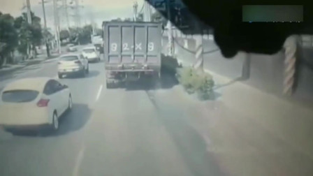 电动男作死拼命加速与货车抢道,5秒后画面太惨