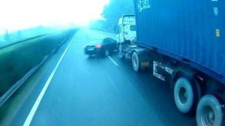 小轿车马路上超车,下一秒意外突然发生,没有十年驾龄活不下来