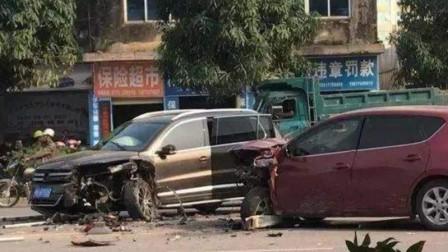 小轿车惊险躲过三轮的撞击,还没来得及高兴,下一秒悲剧就发生了