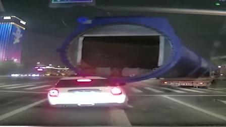 货车转向挂上轿车,轿车被强行拖行数米远,轿车司机神操作逃生!