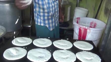 印度街边小吃,小哥哥做烙饼好敷衍,舀一勺倒在锅上直接用碗底抹平就完事了啊
