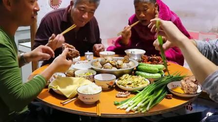 农村晚饭吃海鲜啃猪蹄,两手捧着啃,再吃一把大葱,太过瘾了