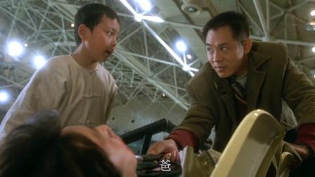 李连杰配合默契,轻松制服带刀的劫匪,这波操作没谁了