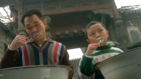 谢苗跟李连杰神同步,连刷牙的动作也不差,场面真是温馨
