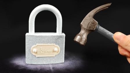 零下200度液氮冰封铁锁,一锤子能把它敲碎吗?实验过程不可思议