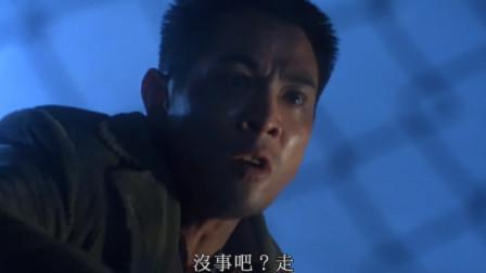 李连杰带着目标越狱,狱警就陪他演戏,好让他打入敌人内部