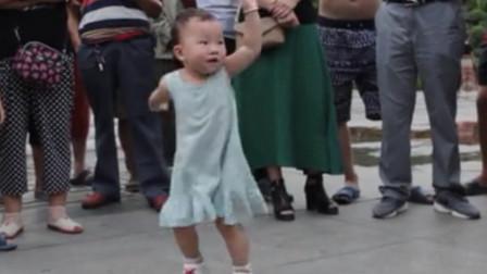 2岁宝宝领跳广场舞,吸引158万人观看,网友:一看就是奶奶带大的