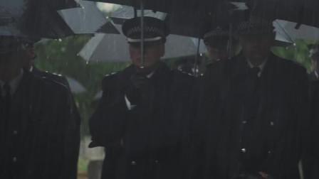 玩命追踪:男子穿警服混在一堆警察里,目标竟是杰森斯坦,胆子真大