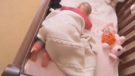 爸爸叫刚睡醒的宝宝起床,进门看到这画面,心都要被萌化了