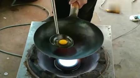 意大利小伙来农村现场表演铁锅煎蛋,没想到锅底烧红了都不糊,真厉害!
